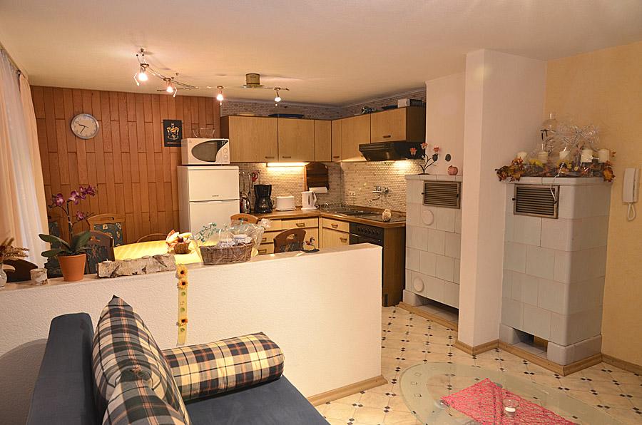 Gemütlicher Sitzbereich neben Küche und Esstisch, Gästehaus Hanß